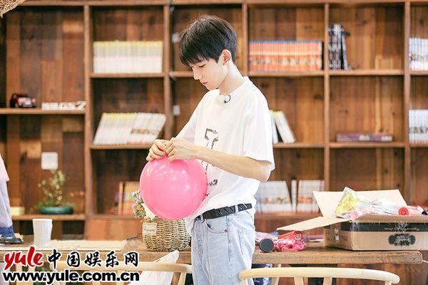 青春旅社王源绿色出行活力满满虚心求教苦练吉他